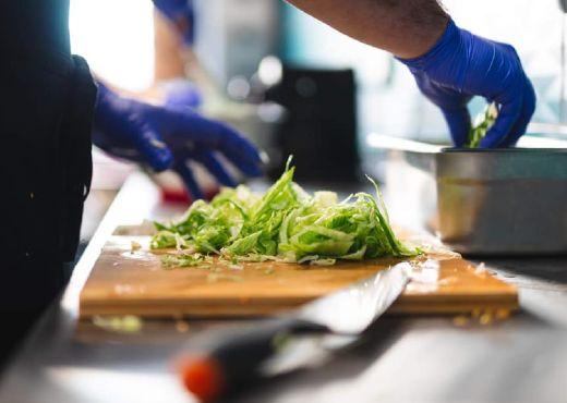 Saláta előkészítése - Gyros Brothers
